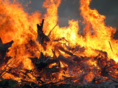 1200px-Midsummer_bonfire_closeup